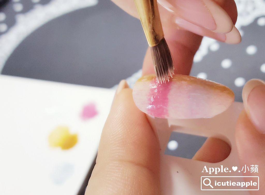 wTF21:沾點的彩繪手法,小蘋這次是隨手取材,善用手邊壞掉的凝膠筆來彩繪;如果手邊沒有壞掉的凝膠筆,小蘋推測六角海綿或搓搓筆,或許也能沾點出類似的效果,有興趣的女孩兒們可以自己嘗試看看^^