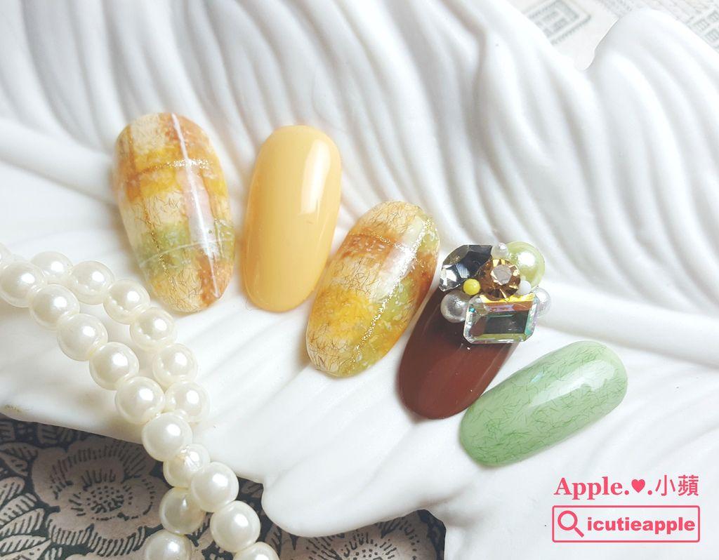 wTF31-01:同樣運用沾點彩繪手法,小蘋使用Tiara秋冬新色還設計了另一款大地色系作品,其中一指的大聚落黏鑽使用Tiara獨家商品(晶鑽寶石);右邊綠色毛呢的底色是Tiara #099再加一點Tiara #112煉乳色,然後薄上一層Tiara纖維毛妮膠 #K01的效果,供大家參考^^