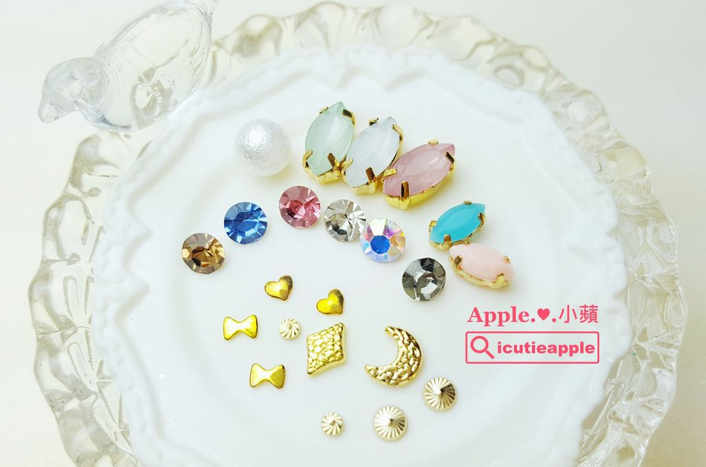 wTF52-01:小蘋這次的美甲設計有應用到Tiara人氣美甲飾品與鑽飾,提供大家更近距離欣賞^^