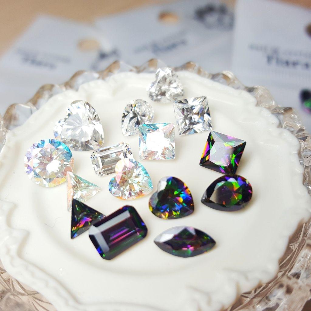 TOP-4:女人,就要多愛自己一點。今年特別為好友們準備獨一無二的美甲鑽飾,好讓她們在今年過年前挑選屬於自己的奢華,連我都好興奮^^ 晶鑽寶石,Tiara今年主打替代真鑽而生的人工鑽石,晶鑽寶石底部沒有鍍上水銀皮,就能自然晶透閃亮晶;透火光四射,來自於完美細緻的切割面,超美^^