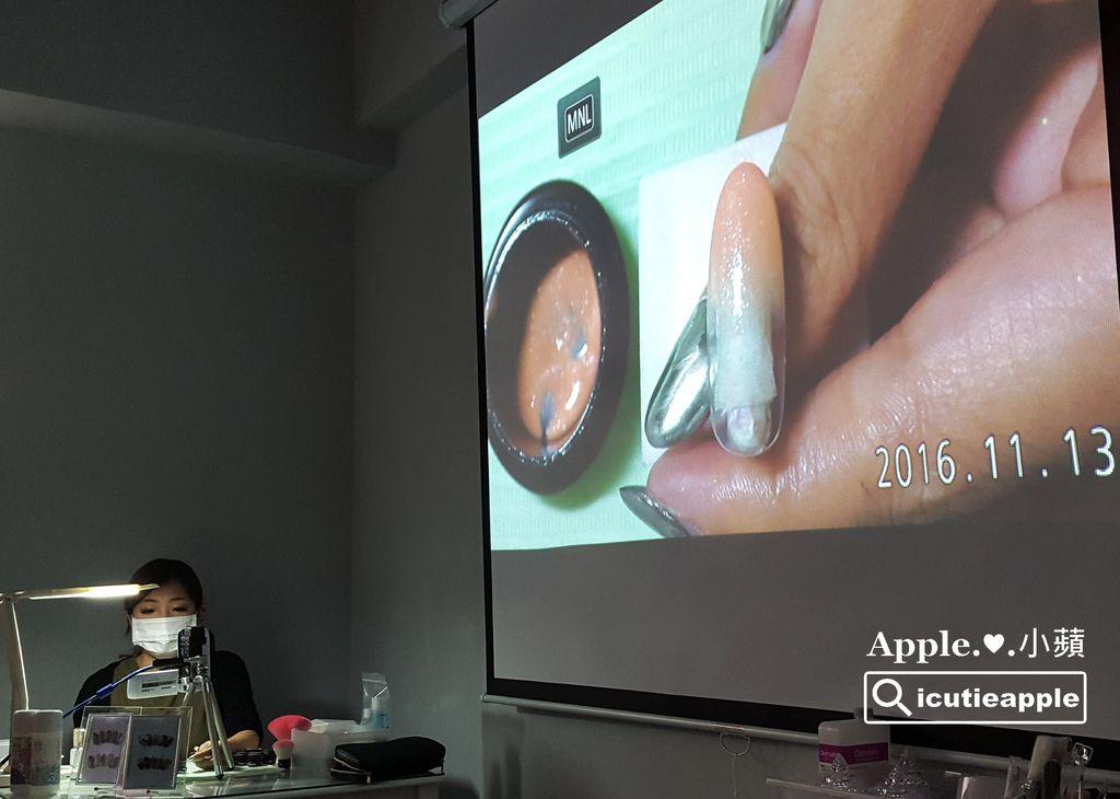 TF34:第一款彩繪示範,是長澤望(Nozomi)老師最拿手的漸層技法,使用的是Tiara #147,這顆裸膚色內含有細細的閃粉,畫漸層好美喲~