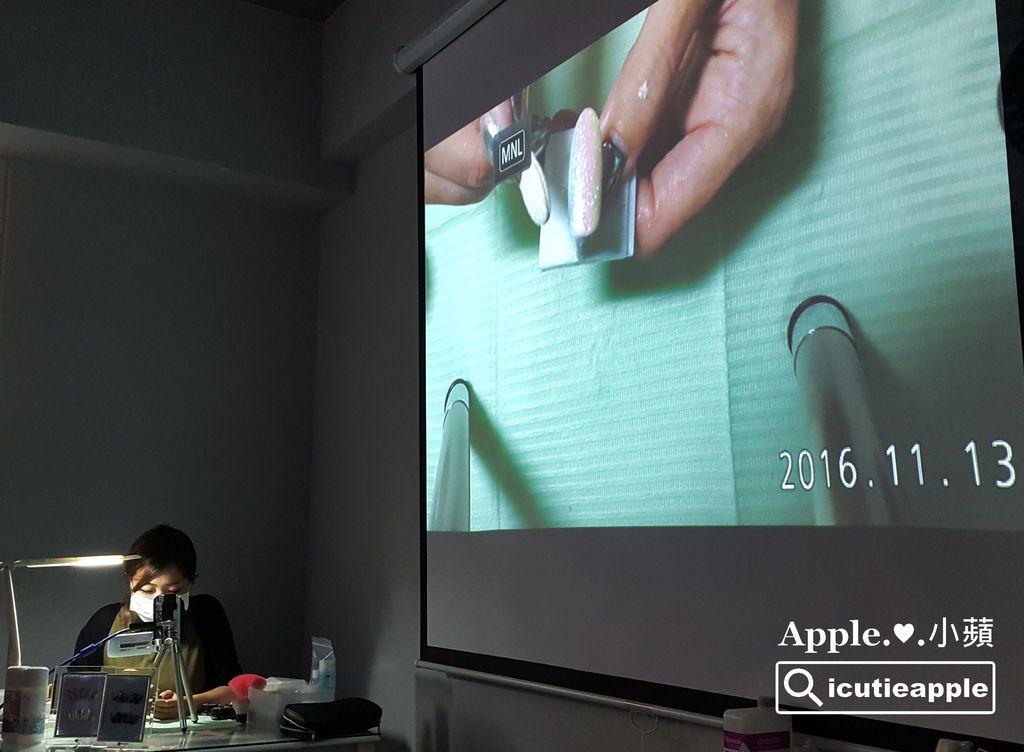 TF37:長澤望(Nozomi)老師現場教導大家Tiara極光粉的應用方式。