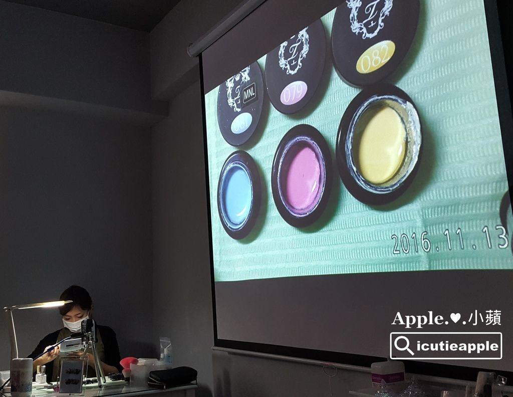 TF36:長澤望(Nozomi)老師先選用這三色畫基本的直條漸層作為底色。