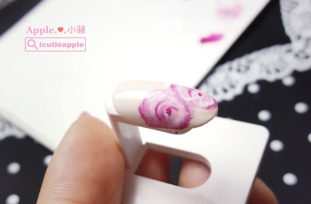 wPuffs Gel 21:第一朵玫瑰完成並照燈固化後,按照一樣的技法,讓我們繼續完成第二朵玫瑰花兒。