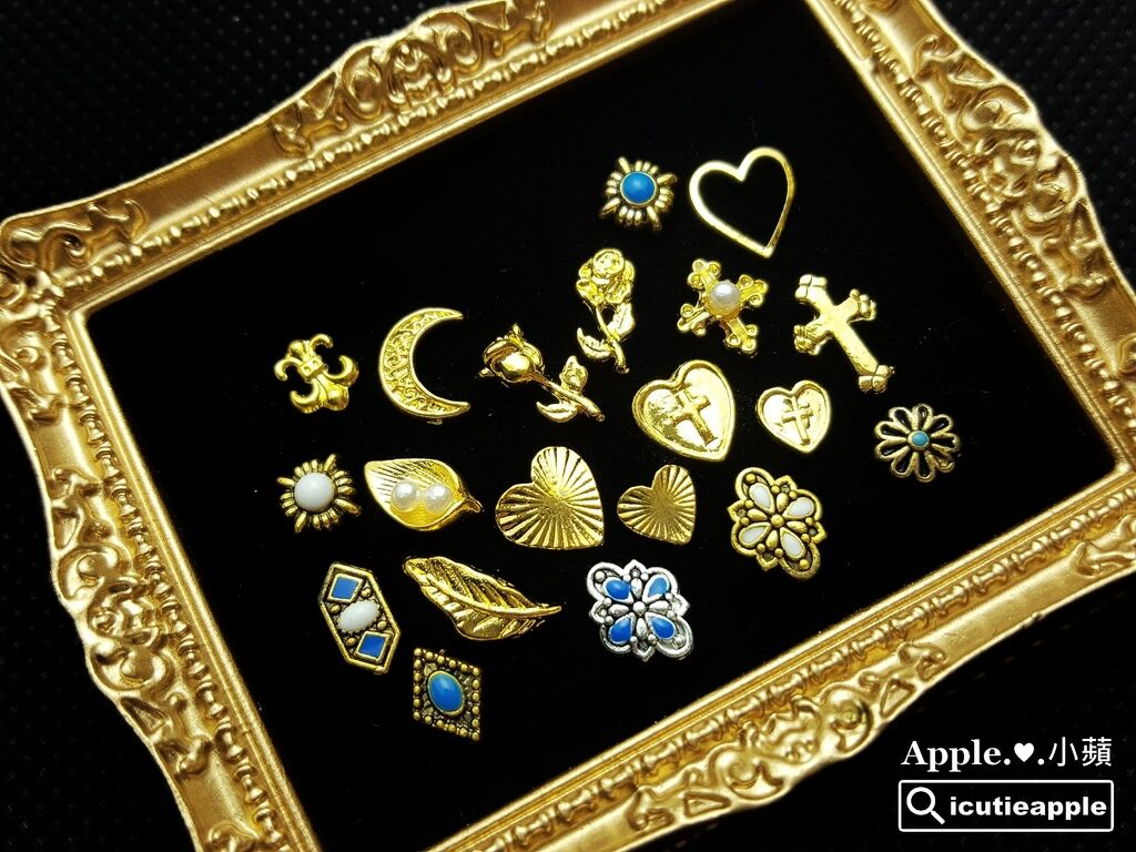 wColor-43-01:照片中是我從Mageechu小啾店長精選的美甲飾品中,再精挑細選出來的20款飾品,要送給大家(不含照片中的金色裝飾相框)。每款有2顆,每份共有40顆飾品,總共要送出50份,每份市價約新台幣200元喔!