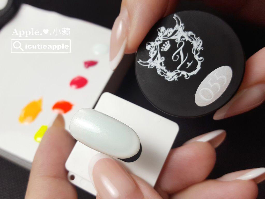 TEP-F-06:首先,以Tiara #55珠光白打底。珠光白比正白色柔和,不搶戲,適合襯托彩繪主角。