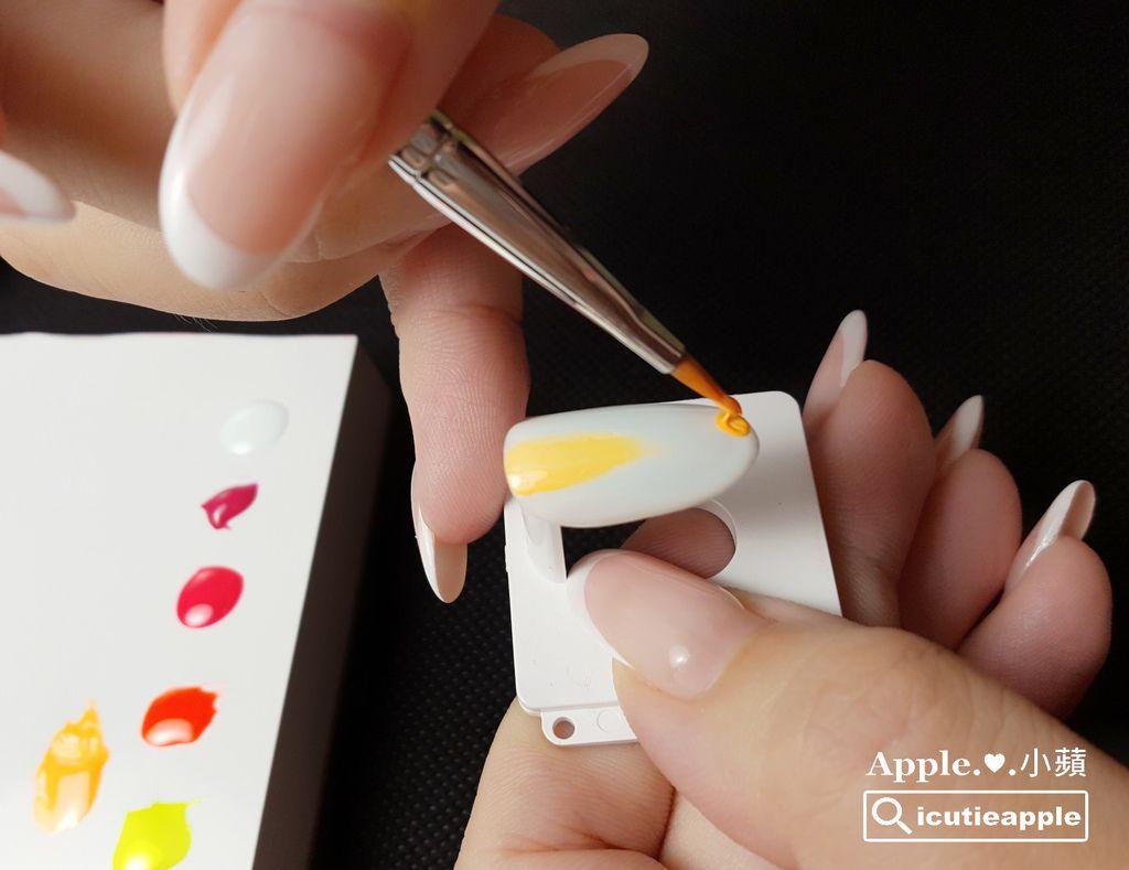 TEP-F-10:先繪製黃橘螢光部分,顏色是由Tiara #60與#58這兩個螢光色調合而成。