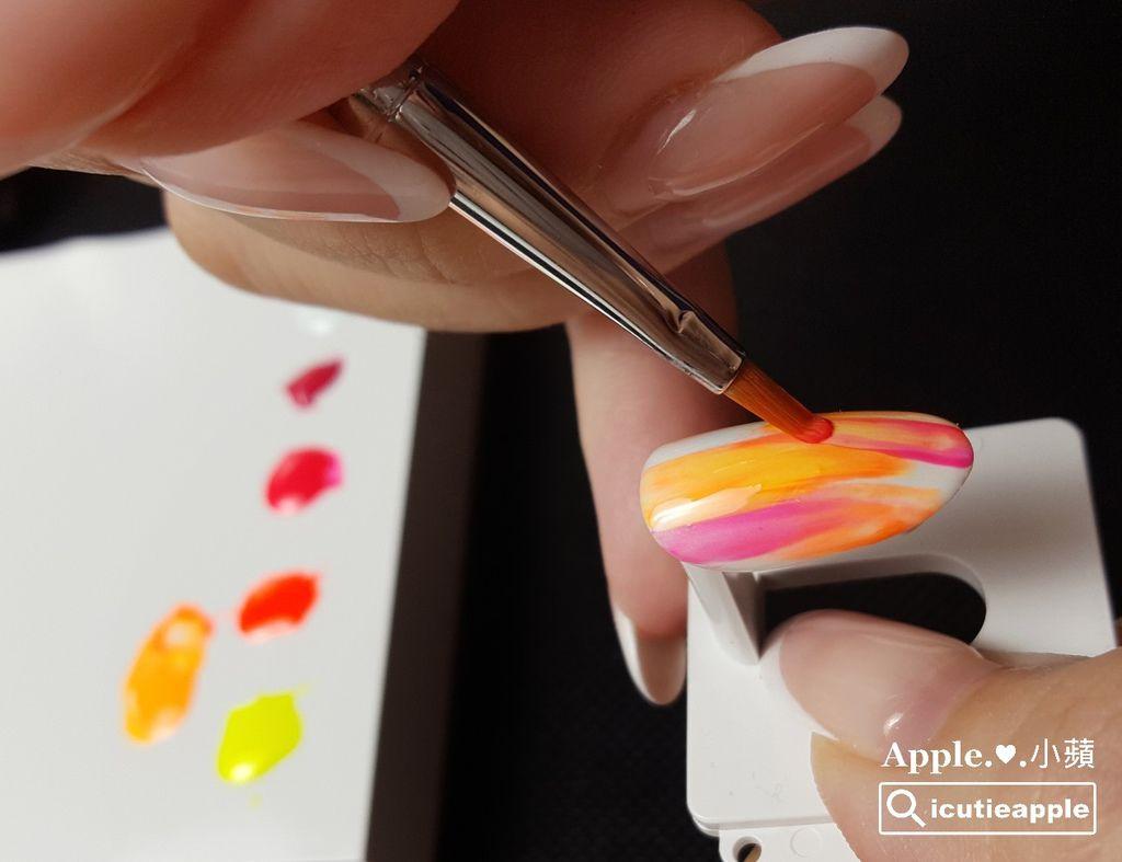 TEP-F-12:之後的每一筆,沾取不同顏色,皆使用乾刷方式來隨意下筆。