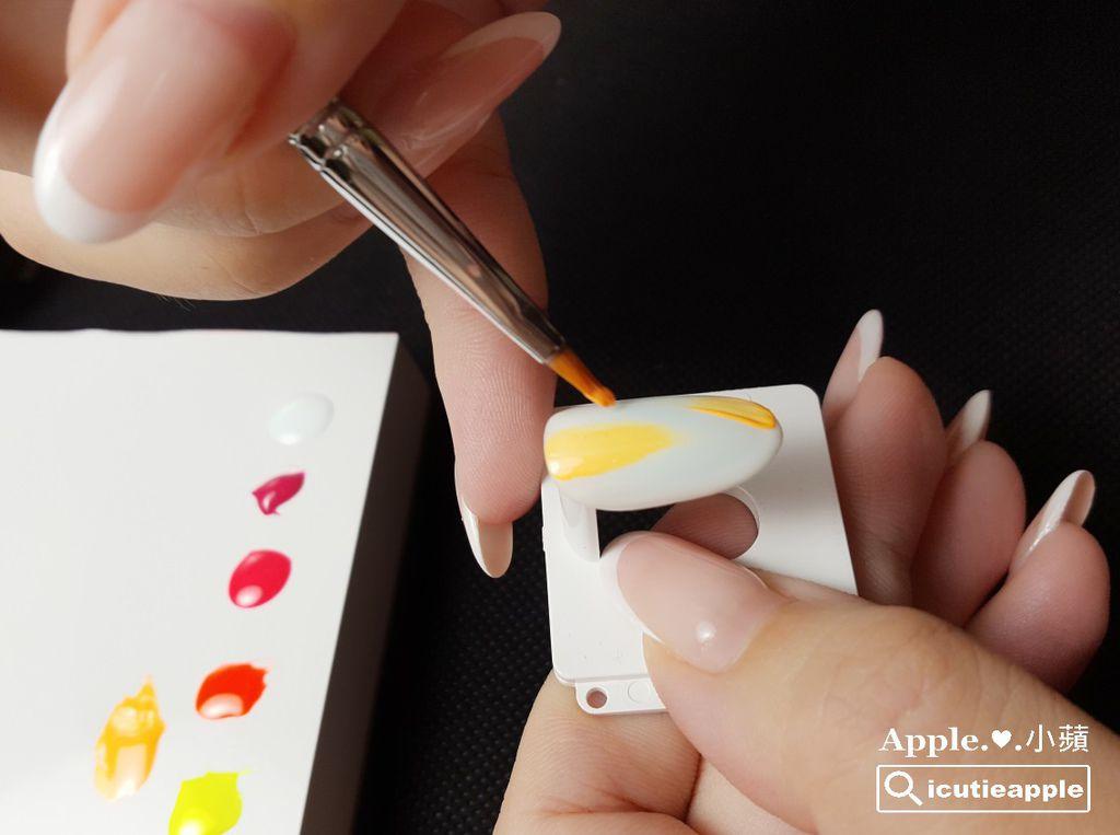 TEP-F-11:使用Tiara Petal花瓣筆,以有點乾刷的筆觸,將調合好的黃橘螢光色乾刷上去。