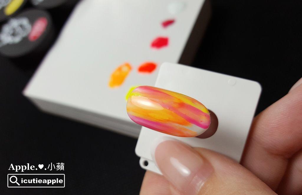 TEP-F-13:運用乾刷畫法,繪製成照片中的程度,使用的顏色是Tiara螢光色系#58、#59、#60,接著準備作第一次照燈固化。這種隨意乾刷式的線條,在未照燈固化前,要盡量減少交疊次數,避免同一區塊反覆不斷交疊,否則很容易會讓顏色變得混濁,就不夠俐落好看了,大家可以自己嘗試練習看看^^