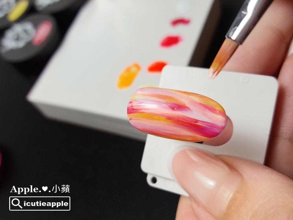 TEP-F-16:最後使用Tiara #54正白色 ,乾刷交疊在深桃紅色上面。這兩色的交疊可以產生不同深淺的桃紅,剛好可以讓顏色的層次感更為豐富^^ 接著第二次照燈固化囉~