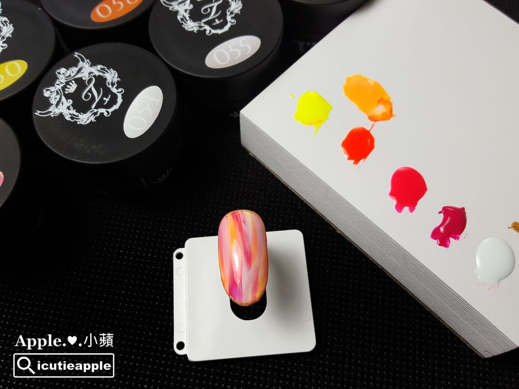 TEP-F-20:「流光中的絢爛晚霞」主角完成了。這種柔美的粉色又帶點隨意個性風的彩繪,是小蘋近期還蠻喜歡的設計款式,但這類型彩繪組成的顏色元素,一定要搭配對比較大一點的跳色,螢光色系就是很好運用的顏色,可以讓整體的層次感更豐富、更出色亮眼^^