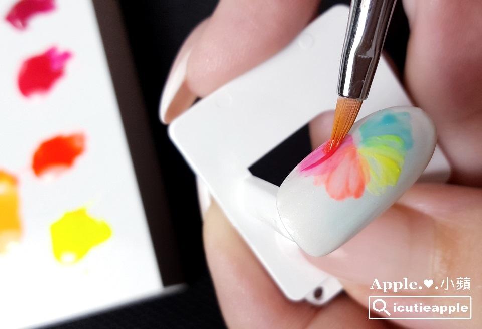 TEP-F-26:如果想彩繪出與照片中有同樣效果的花瓣,小蘋建議使用顯色度較飽和的彩膠會比較合適。如果彩膠偏稀,或顏色不夠飽和,比較難呈現出自然的花脈與具有深淺層次感的花瓣。