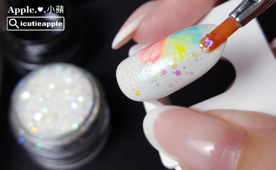 TEP-F-30:用筆沾取適量的五彩虹光亮片,適當點綴在花朵兒旁邊,並進行照燈固化。