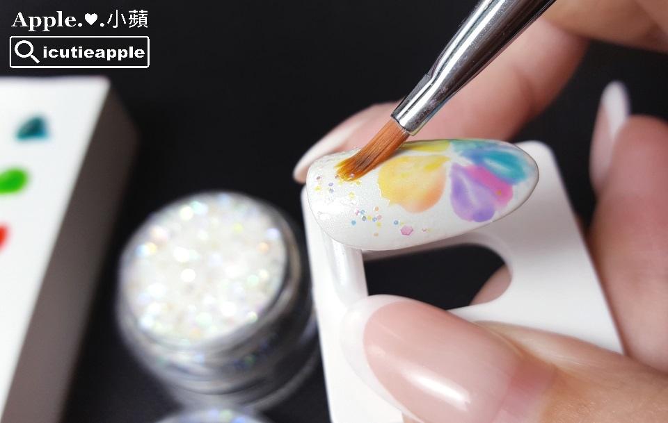 ETJ-13:用筆沾取適量的五彩虹光亮片,適當點綴在花朵兒旁邊,並進行照燈固化。