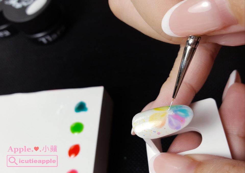 ETJ-16:使用手邊的小線筆,在尚未照燈固化的建構層上面,使用正白色#54直接描繪,為花朵勾邊。