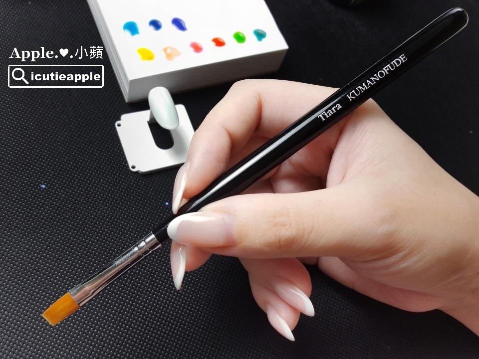 ETJ-22:漸層彩繪一般主要都會以平筆來操作,小蘋這次就使用剛剛上一個款式用來打底的TiaraGradation漸層筆,示範下面的漸層技法。