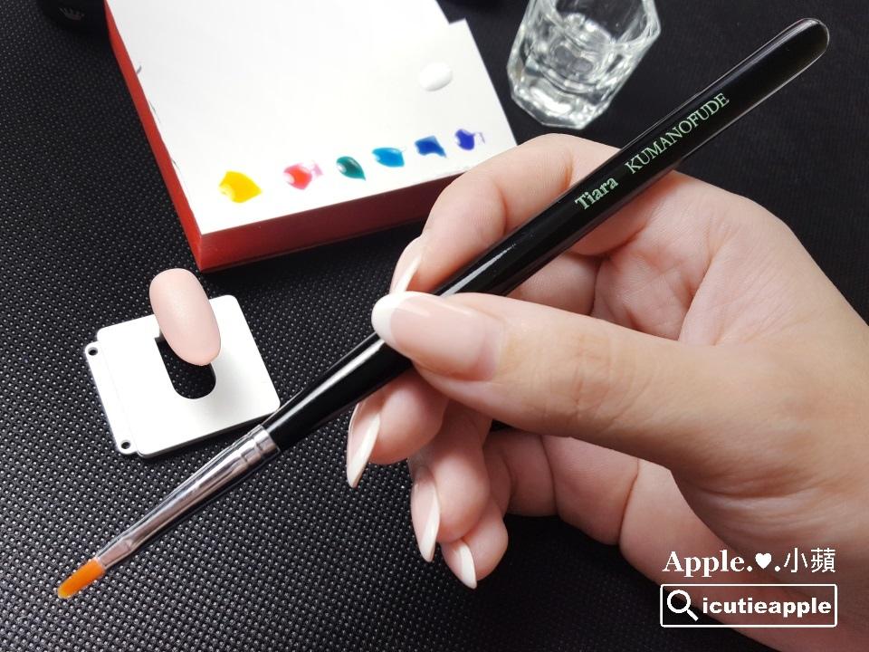 TEJ-09:使用Tiara今(2017)年新出的Petal花瓣筆,雖然筆刷是專為花瓣彩繪設計的,但小蘋在這個地方先拿來作水流的彩繪應用,讓我們繼續往下看^^
