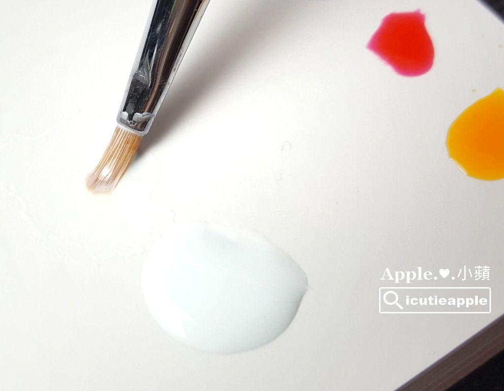 TEJ-10:調和Tiara #54正白色與Tiara三合一多功能洗筆清潔液,調合比例可先從1:1開始測試。