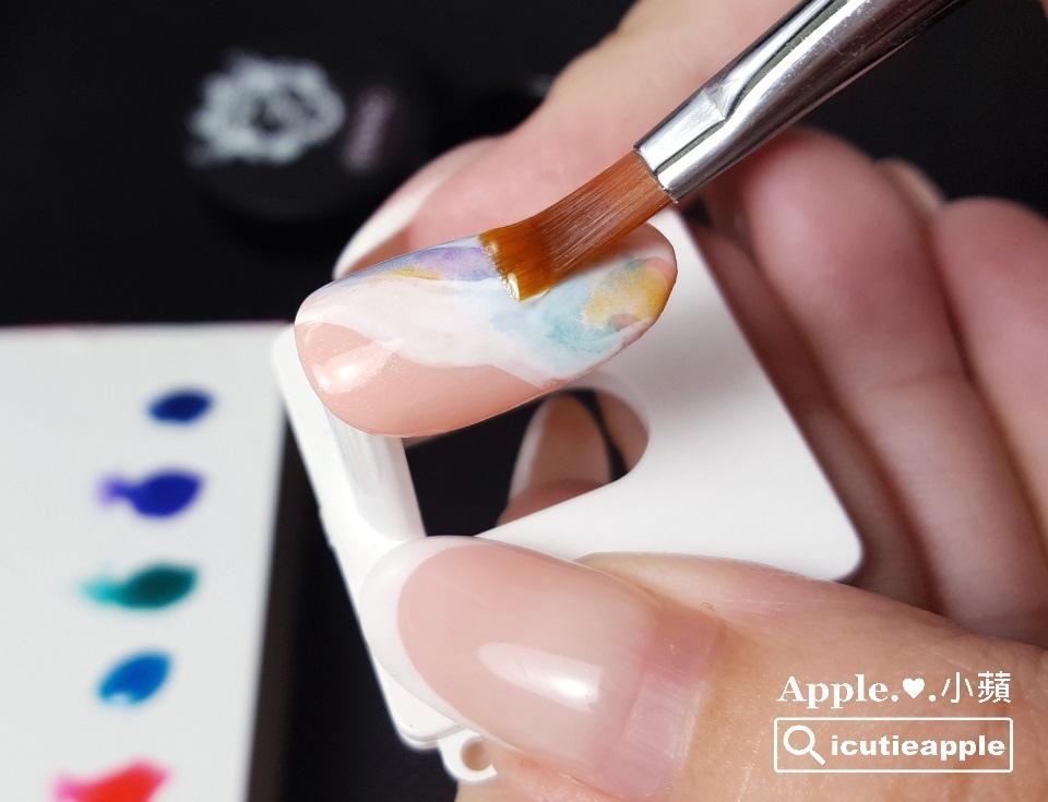 TEJ-24:接著,塗佈Tiara FIXING Gel進行建構,並照燈固化。Tips❣小蘋貼心提醒,如果做在真人手上,這個塗佈建構膠的步驟,就要好好拉膠,盡量做出完美的建構弧度,這樣成品在客人手上才會美喲^^