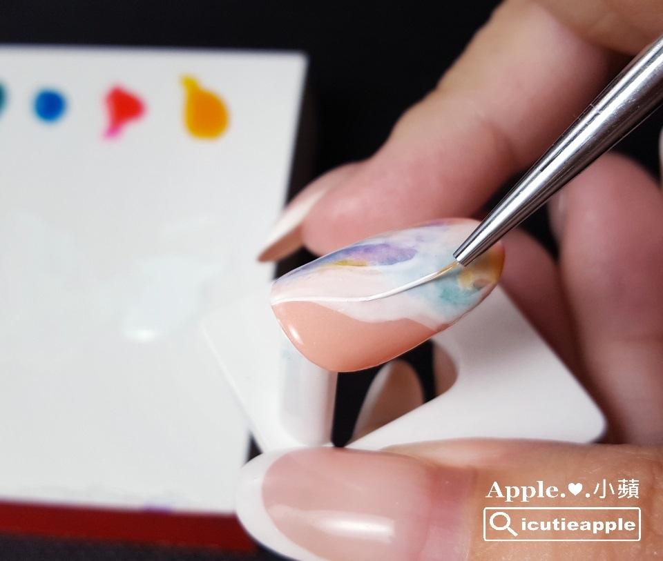 TEJ-25:使用Tiara #54正白色,以長線筆繪製精簡、流線的白色線條。記得此處直接使用Tiara #54正白色,不必再跟Tiara三合一多功能洗筆清潔液做調和喔!