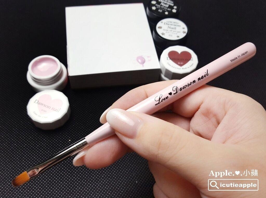 wLove-12-01:打底使用是Love Dawson新推出的限量圓筆,將於這次9月秋季美展首賣。
