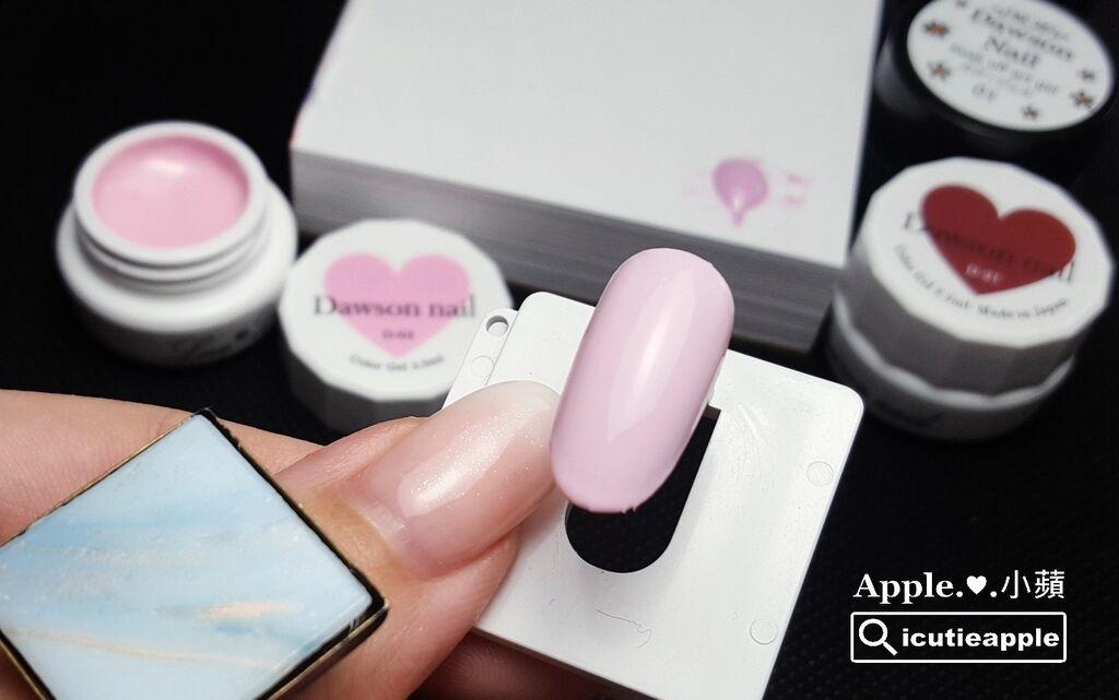 wLove-15-01:Love Dawson #D03馬卡龍粉紅打底兩層,接著開始進行線條及色塊的彩繪囉~為了待會彩繪需要,小蘋左手拇指戴上調色盤戒指,很實用的彩繪工具^^