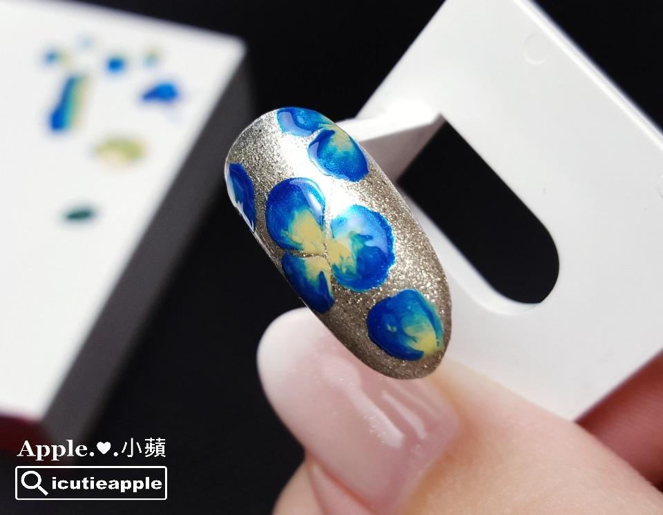 wPuffs-18-01:在藍色花瓣上,隱隱約約襯透出大森Puffs Gel泡芙彩膠 #125G 古典金,強烈對比下,自然讓花朵呈現出微奢感的設計風格。