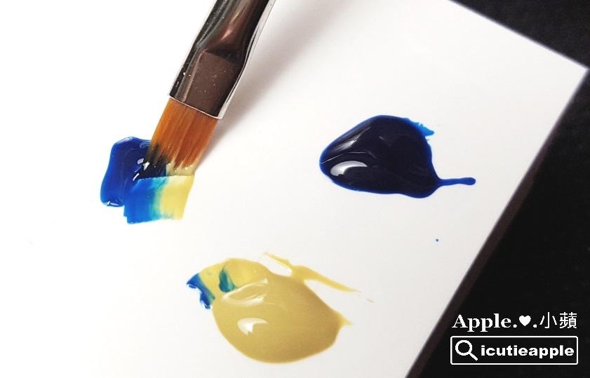 wPuffs-13-01:在斜口筆的兩端,分別沾取大森Puffs Gel泡芙彩膠秋冬指標新色#147 冷冽知性深藍、#156沉穩時尚芥末黃,如同照片所示,將兩個顏色自然融合在一起。