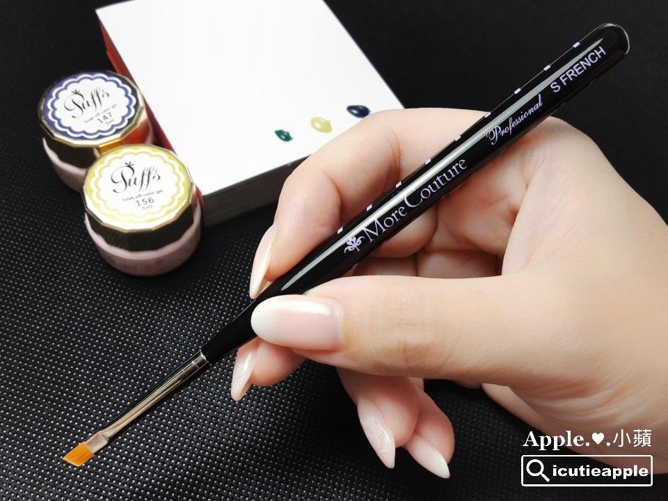 wPuffs-12-01:接著,我們準備彩繪花瓣。小蘋使用的是個人覺得非常好用的日本More Couture斜口筆(S),她不僅能繪製出俐落的法式線條,運用在這次的花瓣兒彩繪也非常得心應手喲^^