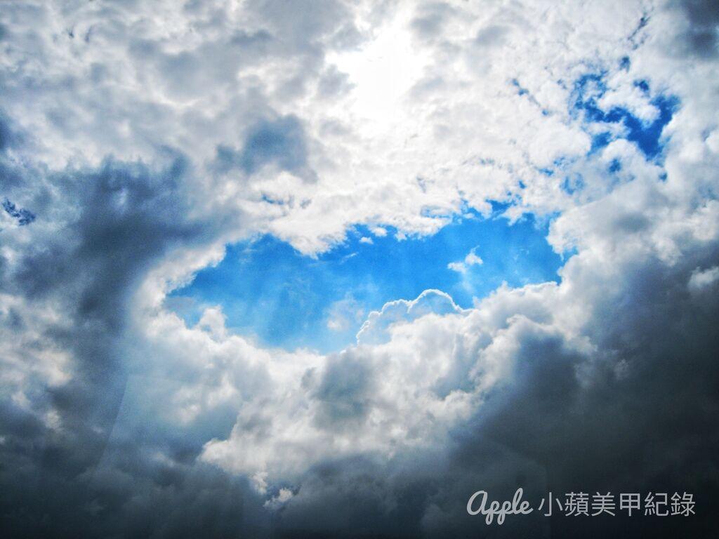 IMG_1257-02:這張照片,是小蘋幾年前旅居荷蘭,在一次通勤的路上,意外發現這幅很特別的雲相與天空,透過車窗所拍攝的照片。