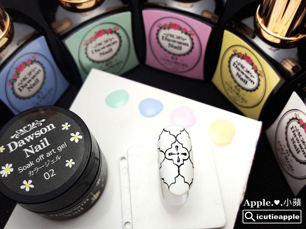wD-18-01:先用我近一年來很愛的大森鑽石甲油膠 #01 白,來做一層打底,照燈固化。然後使用這罐我很愛用的大森日本製彩繪膠(黑),一次描繪出極細緻的黑色花磚線條外框。