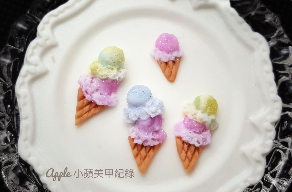 wD-50-01:先來看看各式各樣、不同口味的可愛夢幻冰淇淋粉雕,真的好萌喲~是萌樂園小劇場裡的明星^^ 使用Love Dawson日本製粉雕粉內含極細緻閃耀亮粉的夢幻馬卡龍色系列所做成的冰淇淋,不只夢幻,也好有清涼感喲~很有水果口味的fu ^^