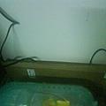 小小籠子後面有電線,可是有用箱子隔開。