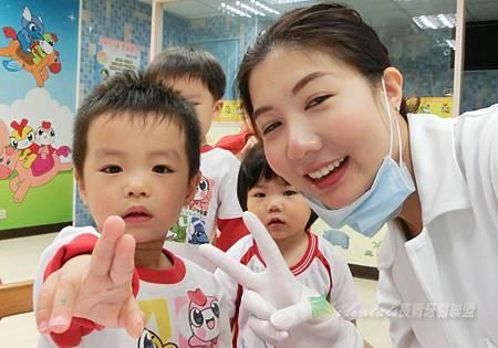 搶著跟我們美麗的黃醫師照相的小朋友,快一起比YA囉!! (小編:迪迪的YA真是很可愛)