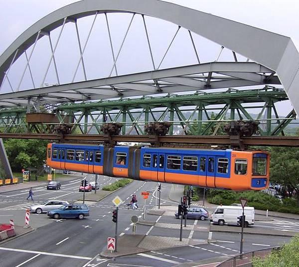 670px-Schwebebahn_ueber_Strasse.jpg