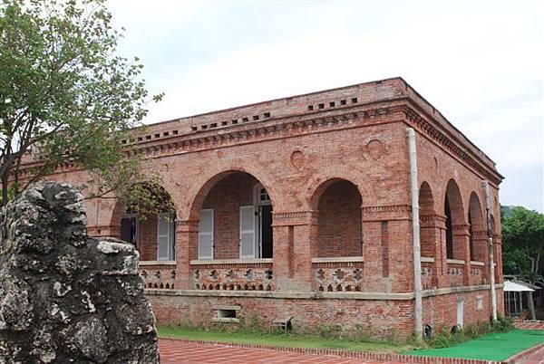在臺灣現存的西洋式近代建築中,打狗英國領事館的年代最古老,可稱為臺灣第一棟洋樓。領事館外牆的柱子砌成凹凸齒狀,牆上也有圓圈之裝飾,這些都是英國文藝復興建築樣式的特色。