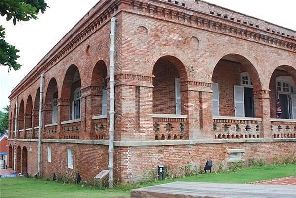 外牆轉角處半圓栱圈較小,牆柱較大,每支柱子均採承重牆的清水磚砌成栱圈,除了力學強固作用,也是美學的表現。採用竹節狀落水管是當時台灣首創,亦是清末洋樓的特色。