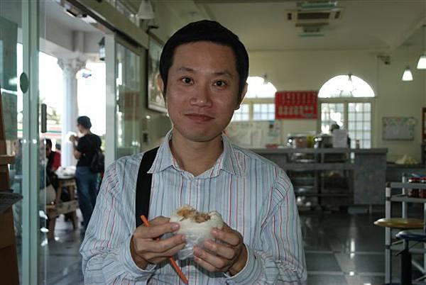 這顆是肉包!momoboss說:肉比較有塊狀,很好吃ㄛ!