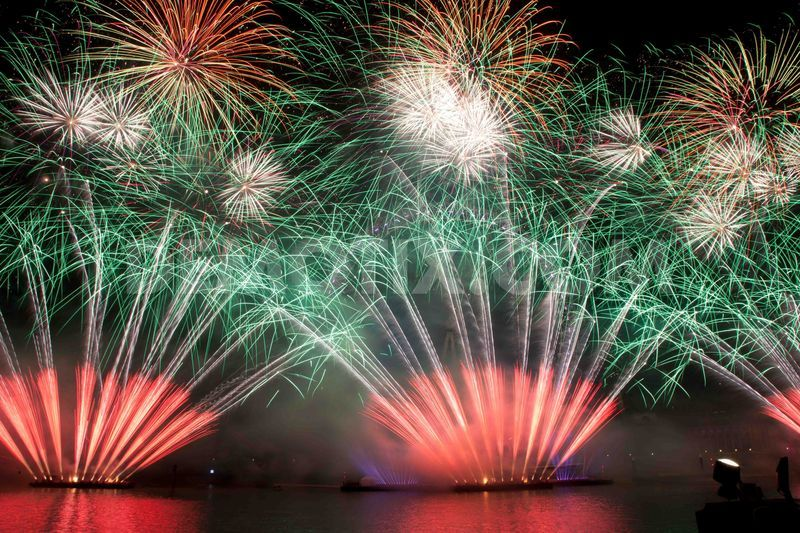 1357053538-spectacular-fireworks-display-welcomes-2013-in-london_1702314
