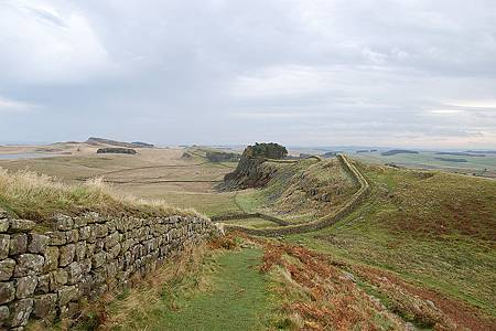800px-Hadrian's_Wall_west_of_Housesteads_2