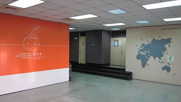 1F 創立方大廳-2 (右為禮堂入口)