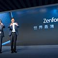 華碩推出世界最薄3倍光學變焦智慧型手機ZenFone Zoom(左-董事長施崇棠,右-執行長沈振來)