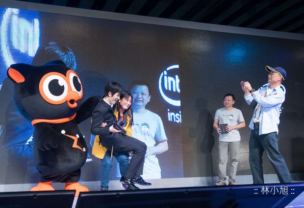 華碩ZenFone Zoom千人體驗嘉年華代言人蕭敬騰以及暗光俠「Zenny」也在現場與粉絲近距離互動