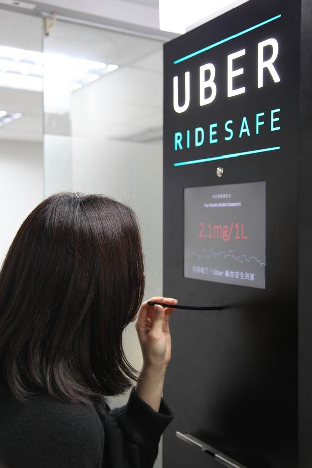 新聞照片5. 全台首座行動酒測機將在春節期間於台北街頭巡迴,邀請民眾實際測試體內酒精濃度,UBER並提供免費乘車讓民眾平安回到家