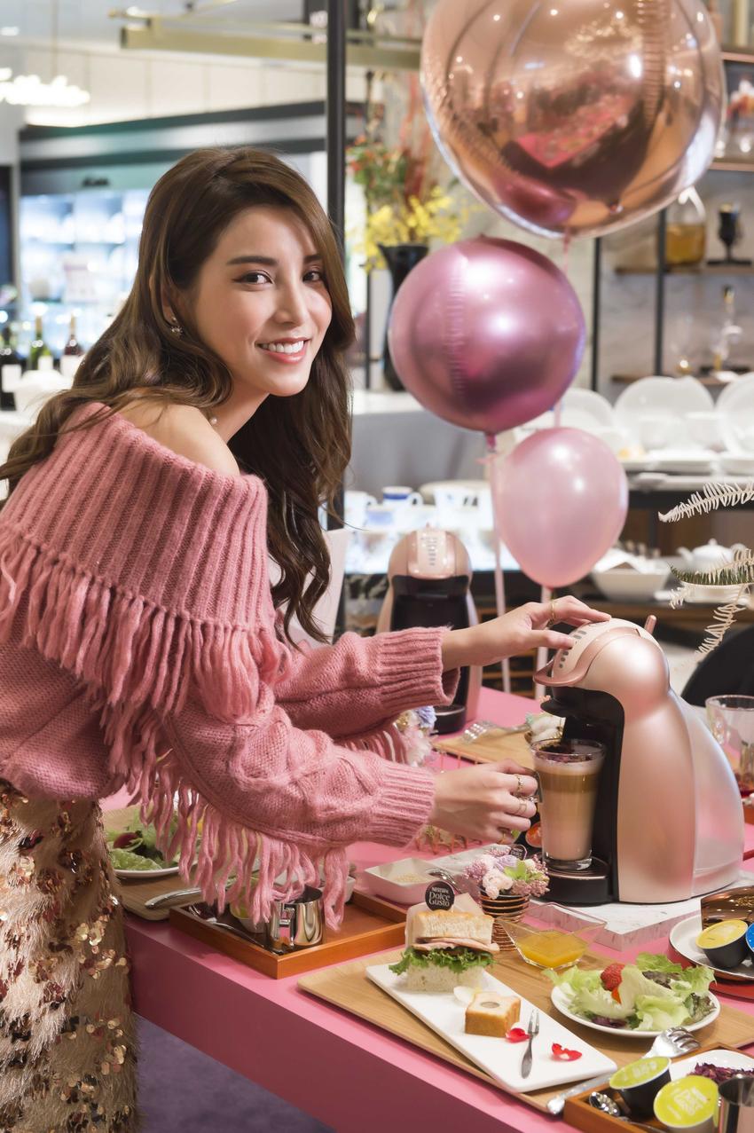 【圖說四】網美朝聖「潮粉咖啡館」,發揮創意獻映夢幻系的浪漫早午餐,消費者凡於1月17日前現場打卡,就有機會免費享用「粉紅玫瑰拿鐵」一杯!(1).png