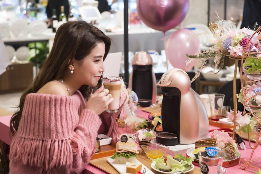 【圖說三】「她經濟」崛起,「Genio 2玫瑰金膠囊咖啡機」操作簡易搭配夢幻外觀,亞洲限量上市擄獲全台少女心!.png
