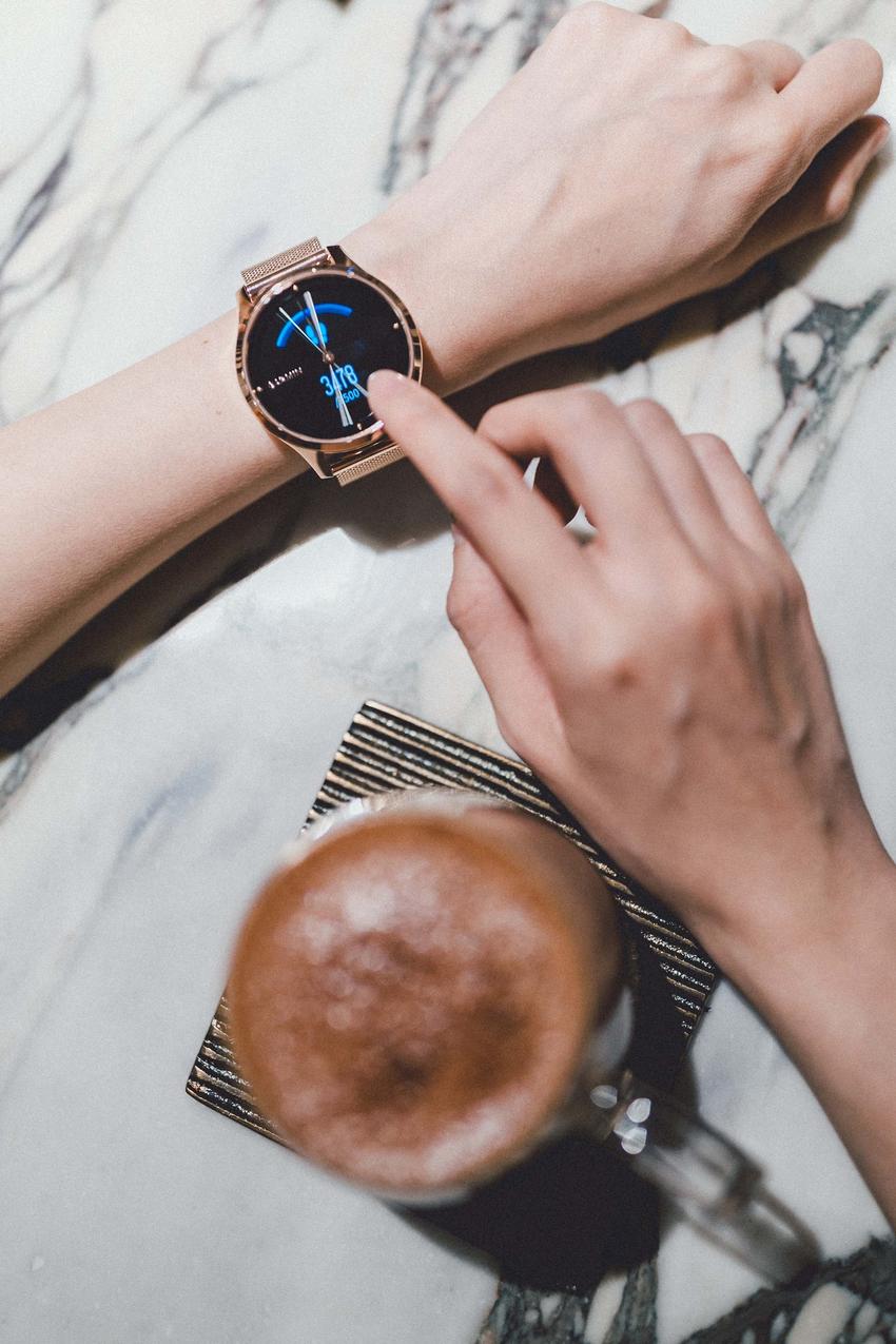 Garmin vivomove luxe浪漫太妃金,細緻金屬錶殼搭配細緻金屬錶殼搭配,以水波折射般的波浪紋彰顯奢華質感,建議售價NT$17,990元.png