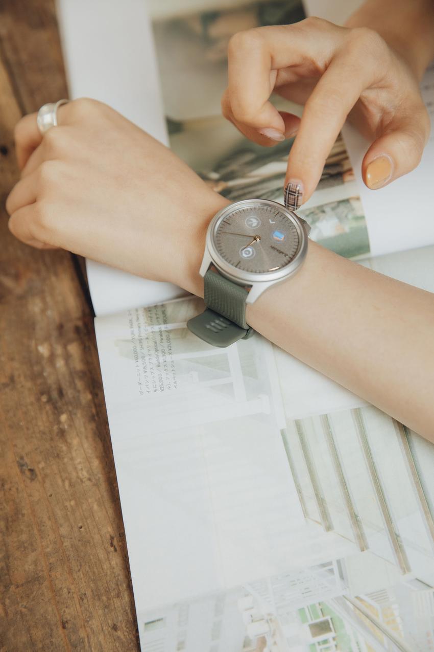 Garmin vivomove style 綠野迷蹤銀,現代簡約的設計搭配極度輕盈的航太級鋁合金錶殼及錶圈,建議售價NT$11,990元-1。.png