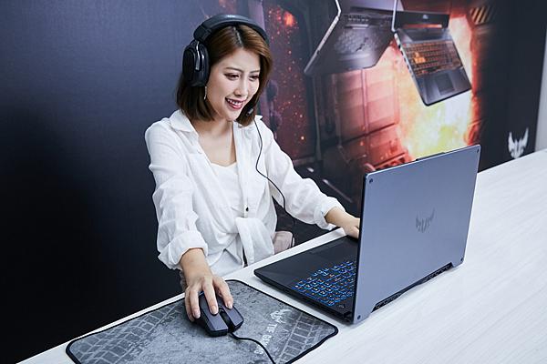 嶄新ASUS TUF Gaming A15/A17配備IPS級窄邊框螢幕與7.1聲道虛擬環繞音效的揚聲器,提供玩家劇院級的娛樂體驗。.png